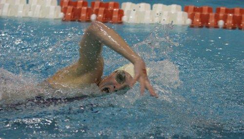 девушка плывёт в бассейне