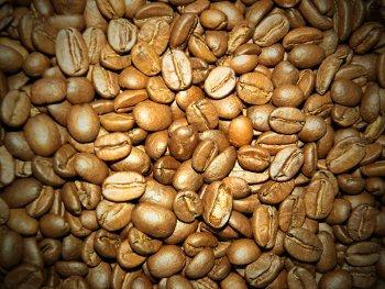 рассыпанные зёрна кофе